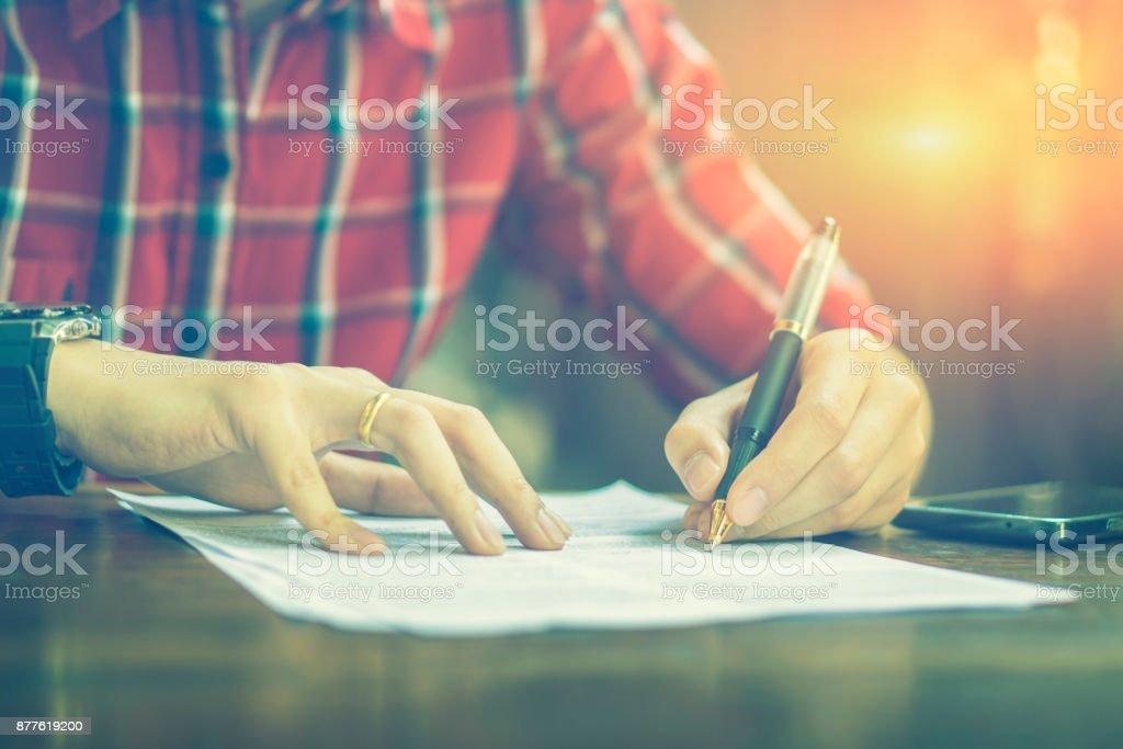 Schreiben Unternehmer Unterzeichnen Vertrag Schreibpapier Mann An