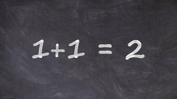 칠판에 쓰여진 1+1=2 - formula 1 뉴스 사진 이미지