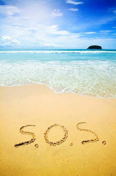 sos geschrieben am sand - sos einzelwort stock-fotos und bilder