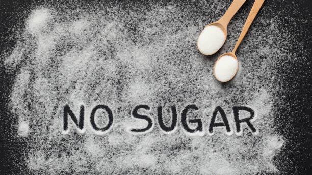 schriftlicher text no sugar auf schwarzem hintergrund - zuckerfreie lebensmittel stock-fotos und bilder