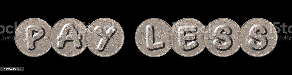 PAGUE menos escritos com velhas moedas britânicas em fundo preto - Foto de stock de Antigo royalty-free