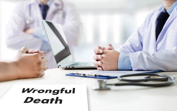 錯誤死亡醫生談話和病人醫療在辦公室工作 - 死去 個照片及圖片檔