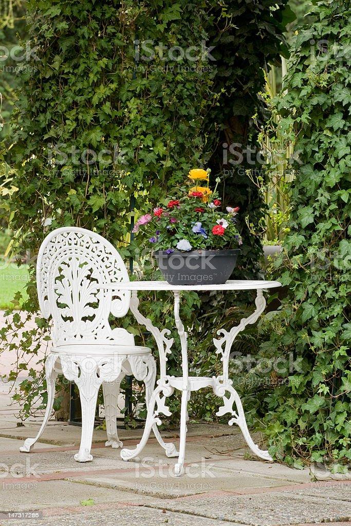 Photo Libre De Droit De Table De Jardin En Fer Forge Et Une Chaise