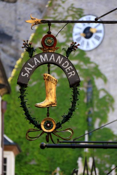 schmiedeeisen-gilde-zeichen in der berühmten getreidegasse in der altstadt (altstadt) von salzburg, österreich - eisenstadt austria stock-fotos und bilder