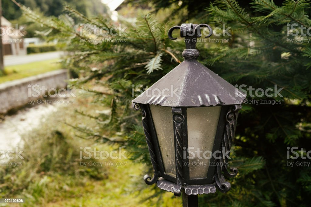 Forja decoración de lámpara de metal. - foto de stock