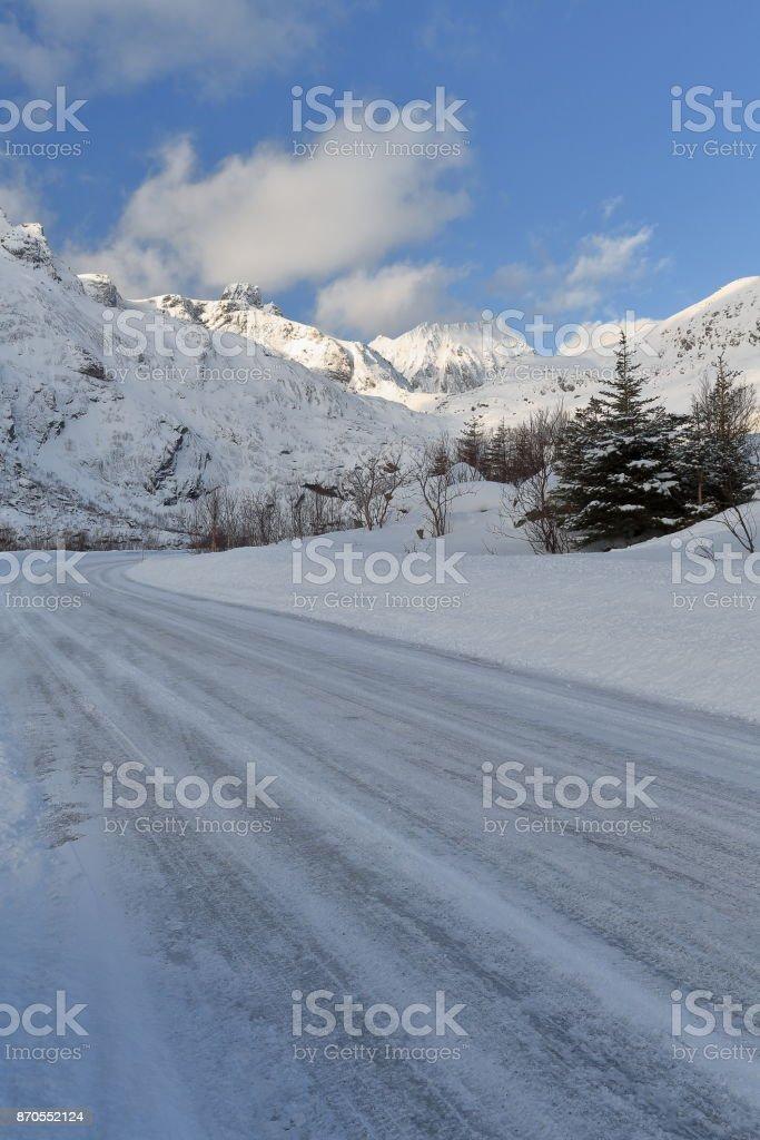 W.-wards view from 807 Nusfjordveien road to mounts Sautinden-Nonstinden-Stabben-Kollfjellet. Nusfjord-Flakstadoya-Lofoten-Norway. 0528 stock photo