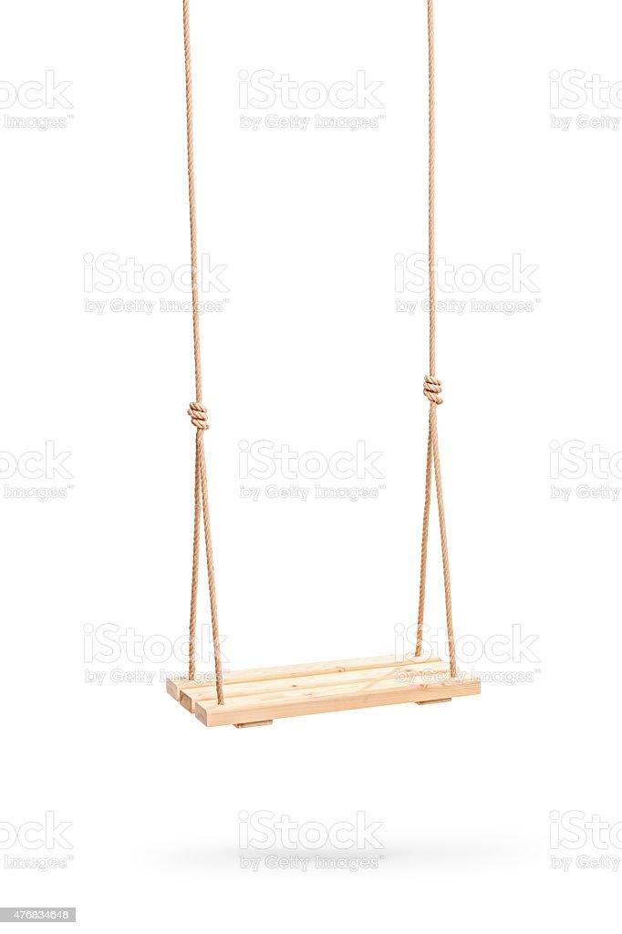 Wwooden swing appeso su una coppia di nodi - foto stock