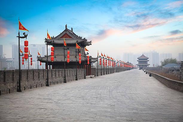 xian alten Stadtmauer in der Dämmerung – Foto