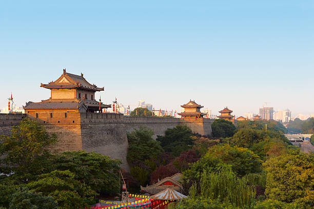 xi'an city wall, china - versterkte muur stockfoto's en -beelden