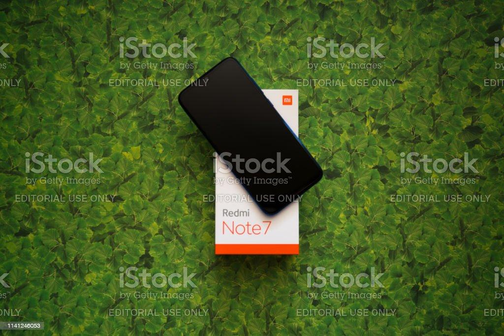 Xiaomi Redmi Note 7 Smartphone auf grüner Blätterbackground - Lizenzfrei Am Rand Stock-Foto