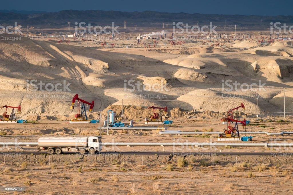 Xinjiang Gobi-Ölfeld in der Abenddämmerung – Foto