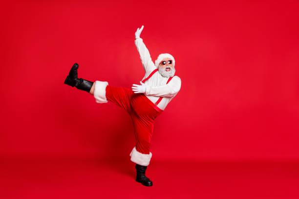 x-mas newyear zeitkonzept. foto von übergewicht mit runden bauch fett schön positive emotionale moderne schreien schreien singen weihnachtslieder großvater bewegliche beine hand in luft isoliert hellen hintergrund - ausgefallene mode für mollige stock-fotos und bilder