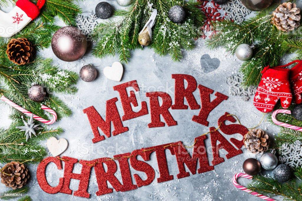 Buchstaben Frohe Weihnachten.Xmasäste Kugeln Und Roten Buchstaben Frohe Weihnachten Stockfoto Und