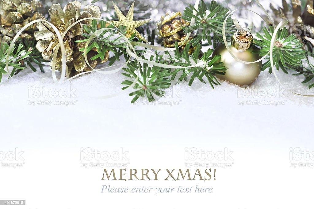 DECORACIÓN ramas del árbol de navidad -, en la nieve - foto de stock