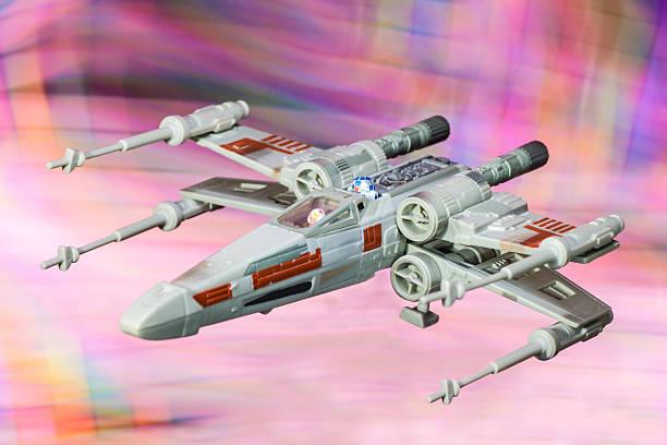 x-wing starfighter raumschiff spielzeug von star-wars-saga film - lego flugzeug stock-fotos und bilder