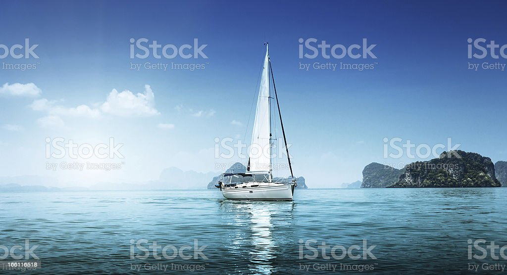 yacht e acque blu dell'oceano - foto stock