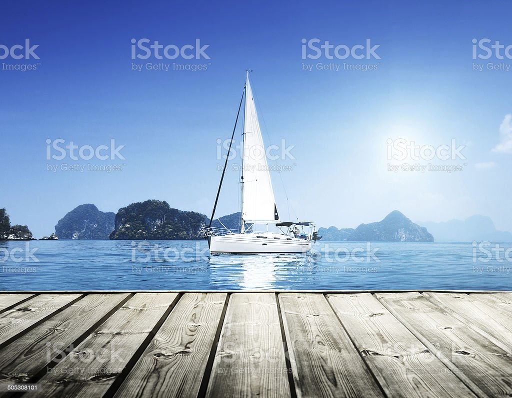 yacht and blue water con vista al mar - foto de stock