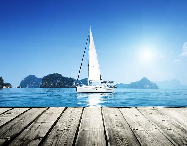 yacht e água azul do mar - foto de acervo