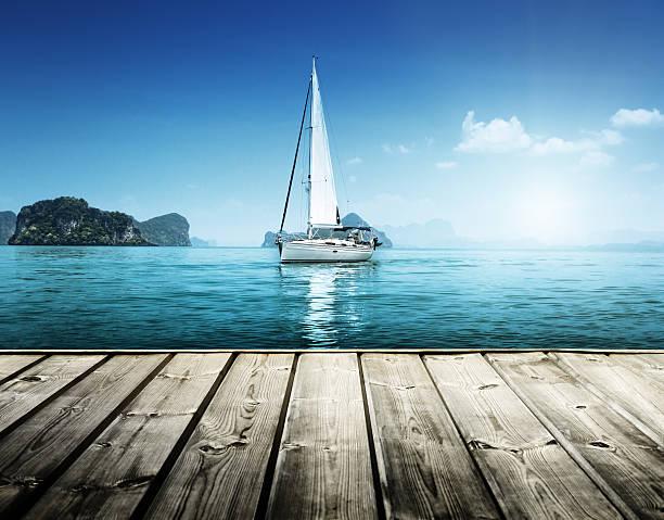 yacht e plataforma de madeira - foto de acervo