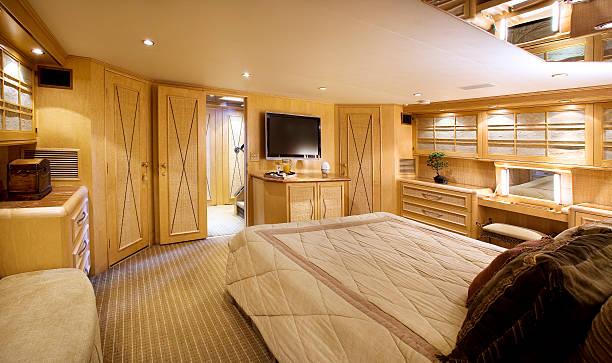 yacht schlafzimmer innenansicht - nautisches schlafzimmer stock-fotos und bilder