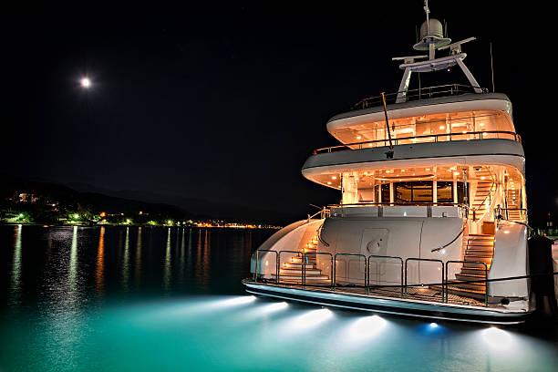 yate en la marina - yacht fotografías e imágenes de stock