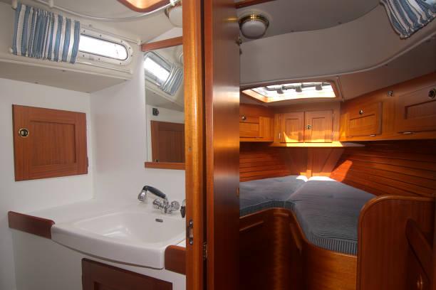 yacht interieur 1 - nautisches schlafzimmer stock-fotos und bilder