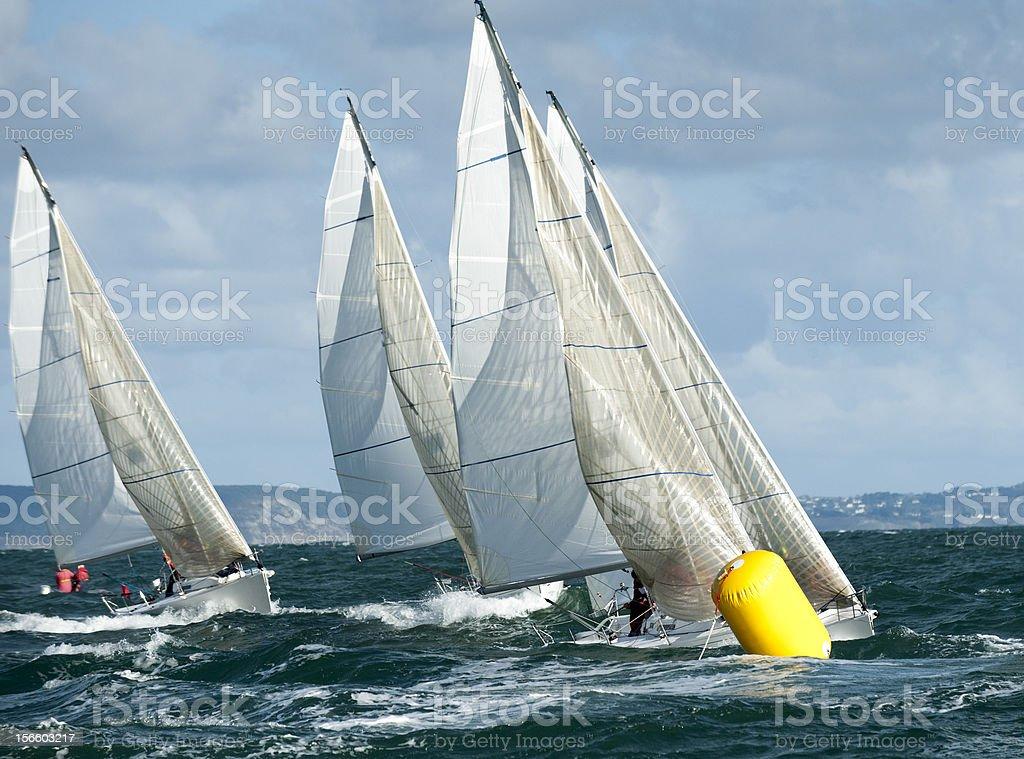 yacht auf Boje in der regatta – Foto