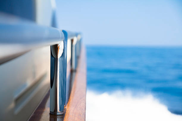 Yacht Sailing. High-speed-Internetzugang.  Handlauf.  Close-up.  Meer.  Wellen. – Foto