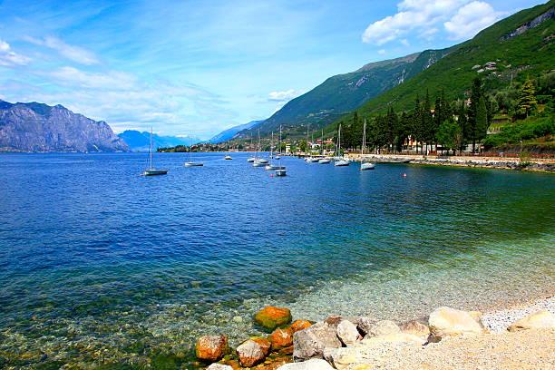 segeln schiff und italienische türkis transparent gardasee paradies malcesine - ferienhaus am gardasee stock-fotos und bilder