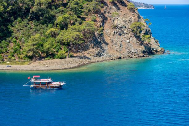 jacht tour in de baaien. dagelijkse boottocht, blauwe reis. - rondvaartboot stockfoto's en -beelden