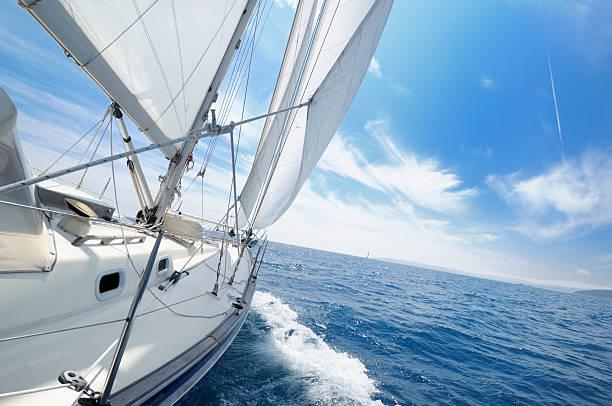 Yacht Segeln auf unter dem sonnigen Tag – Foto