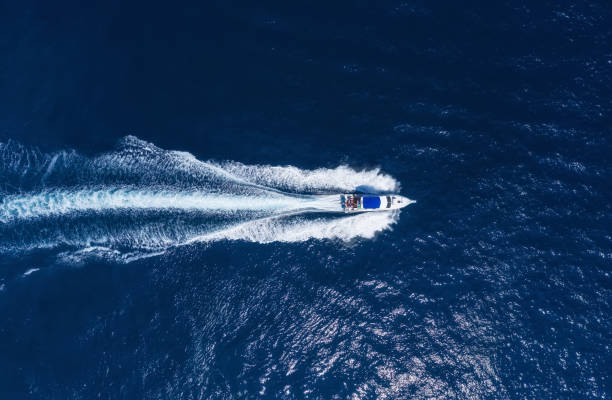 yates en el mar en bali, indonesia. vista aérea del barco flotante de lujo en agua turquesa transparente en el día soleado. verano marino desde el aire. vista superior del dron. seascape con lancha en la bahía. viaje-imagen - yacht fotografías e imágenes de stock