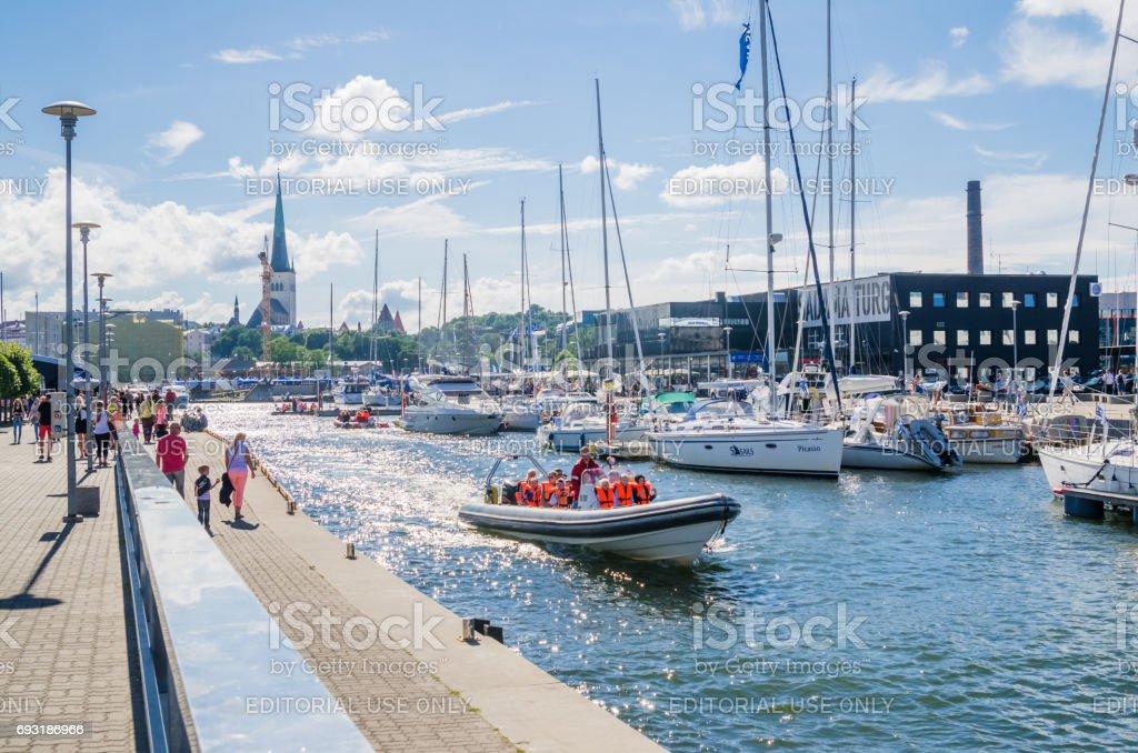 Yachten kommen, um die Tage des Meeres in Tallinn zu feiern – Foto