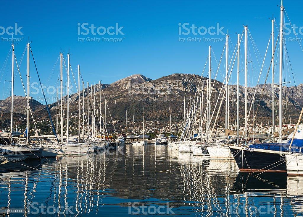Yates en el puerto deportivo de Bar (Montenegro) y las montañas - foto de stock