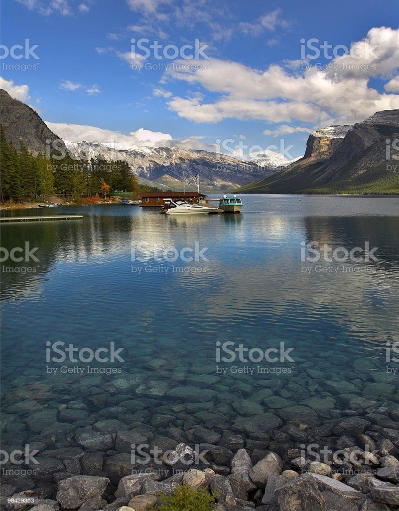 Yacht su un lago ormeggio. foto stock royalty-free
