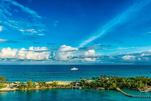 yaht near nassau, bahama islands - nassau new providence stockfoto's en -beelden