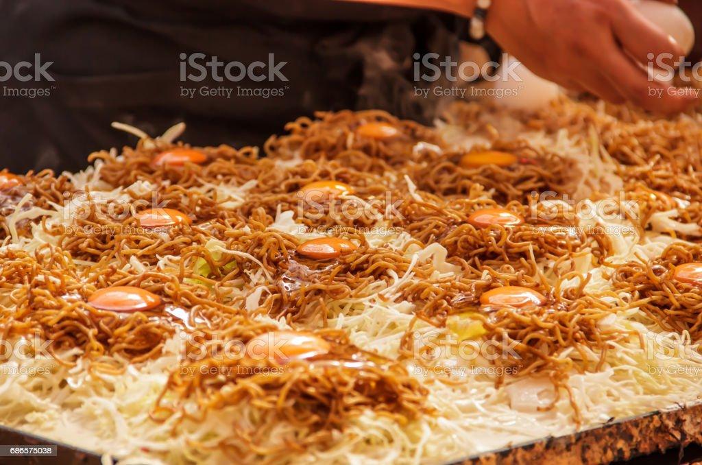 yakisoba est préparée en faisant frire les nouilles ramen-style avec bouchées de porc, légumes (généralement de choux, oignons ou de carottes) et assaisonné de sauce d'yakisoba, sel et poivre. photo libre de droits