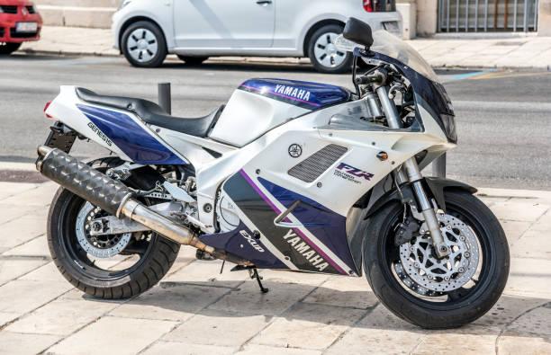 yamaha motor sportmotorrad auf der stadtstraße - bmw roller stock-fotos und bilder
