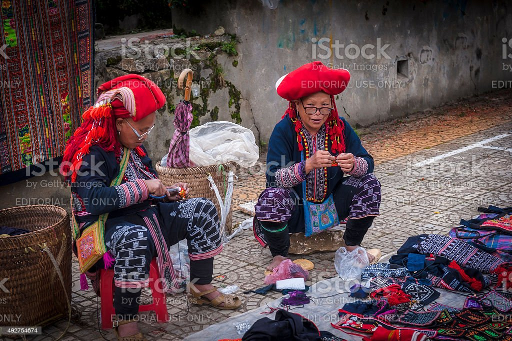Yao mulher Com seu tradicional mercado de chapéu em Sapa - foto de acervo
