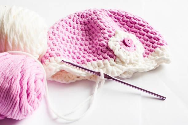garn und rosa baby mütze - kindermütze häkeln stock-fotos und bilder