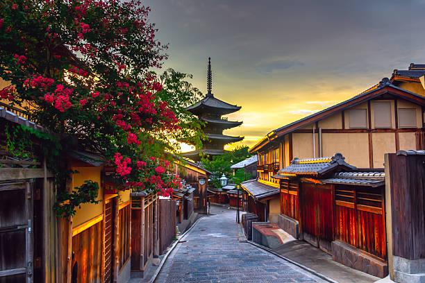 yasaka pagoda de y sannen zaka calle - kyoto fotografías e imágenes de stock