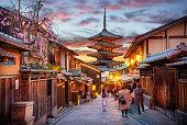 夕暮れ時の八坂の仏塔、京都、日本