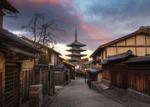 yasaka pagoda en tiempo crepuscular en el callejón del casco antiguo japon, higashiyama - kyoto fotografías e imágenes de stock