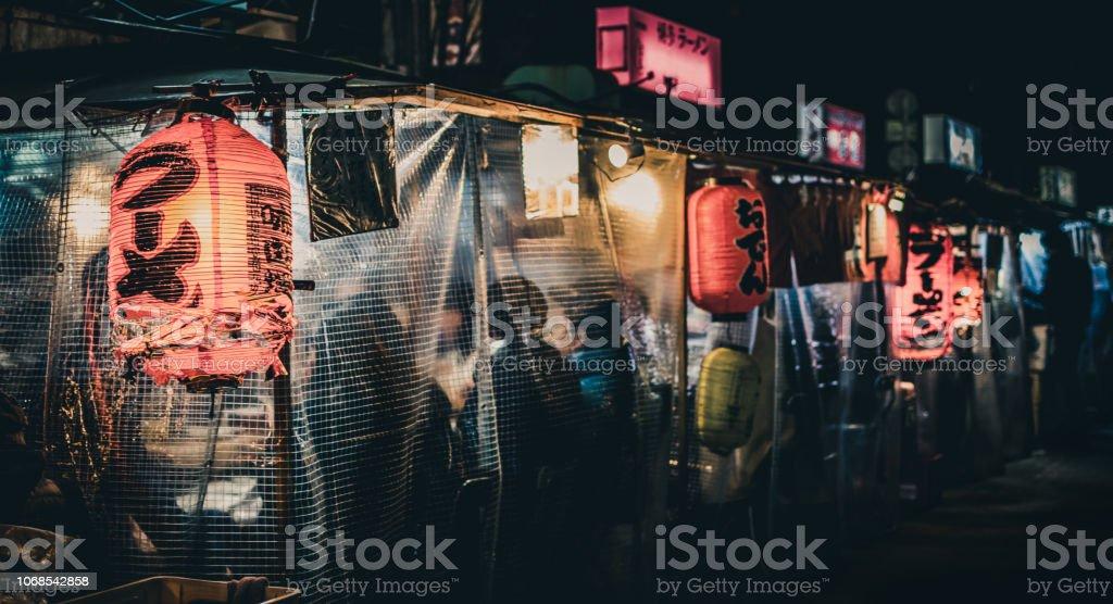 """Puestos de comida japonesa """"Yatai"""" tarde en la noche en Fukuoka, Japón - Foto de stock de Aire libre libre de derechos"""