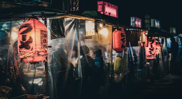 """bancarelle di cibo giapponese """"yatai"""" a tarda notte a fukuoka, giappone - bancarella foto e immagini stock"""