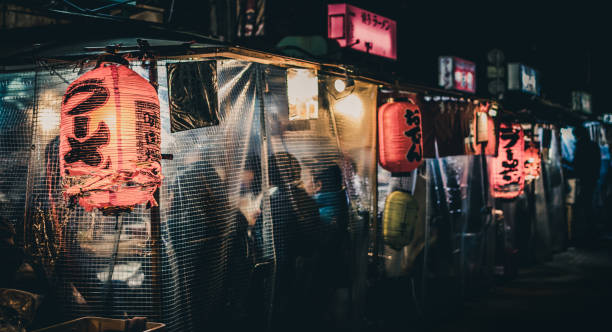 """yatai"" japanse kraampjes laat op de avond in fukuoka, japan - marktkraam stockfoto's en -beelden"