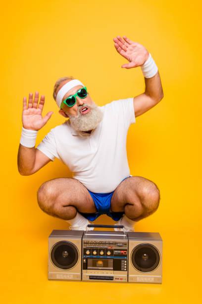 ja, bro! was ist los? fröhlich aufgeregt alter lustige sexy gangster cool opa kumpel in brillen mit bass clipping ghettoblaster recorder. alte schule, beute, narren, fitness-studio, technik, erfolg, hip hop - radio kultur stock-fotos und bilder