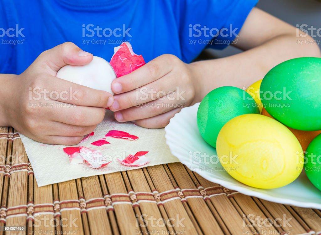 5 anos velho come brilhante Páscoa ovos cozidos, parte do corpo. - Foto de stock de Abundância royalty-free