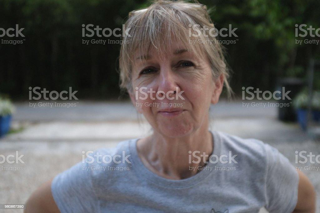 portrait causale horizontal 60 ans, mignonne petite femme à l'extérieur - Photo