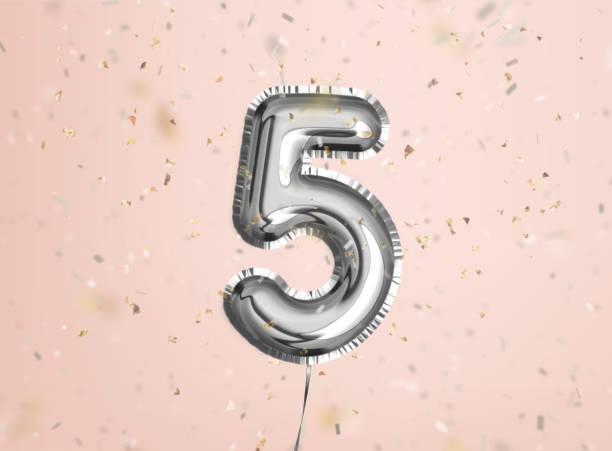 5주년. 생일 축하 합니다. 인사말 카드에 대한 실버 풍선 및 색종이 - 5명 뉴스 사진 이미지